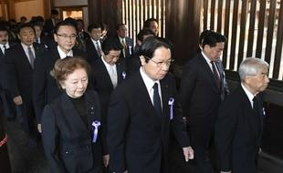 Des membres du Parlement japonais au sanctuaire Yasukuni, à Tokyo, le 5 décembre 2017.