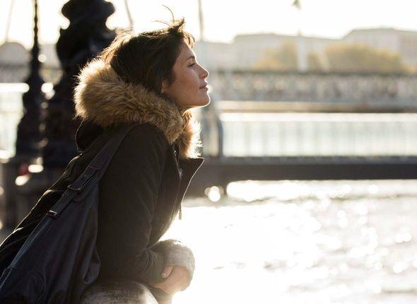 Une femme heureuse  Retrouvez la fiche et la bande-annonce  Tara est une jeune mère qui vit dans la banlieue de Londres. Femme au foyer, elle passe ses journées à s'occuper de ses enfants, de la maison et à attendre le retour de son mari le soir. Cette vie calme et rangée lui pèse de plus en plus. Elle commence à se promener dans Londres, redécouvre le plaisir de s'acheter des livres, et songe à suivre des cours d'art. Son mari Mark ne comprend pas ses nouvelles envies.