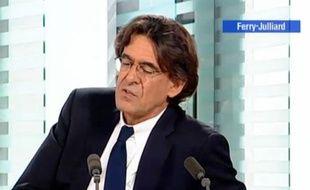Capture d'écran d'une vidéo de LCI dans laquelle Luc Ferry s'explique sur ses déclarations concernant la partouze pédophile d'un ancien ministre.