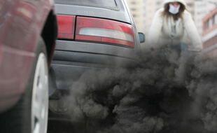 Voiture pot d'echappement pollution fumee.