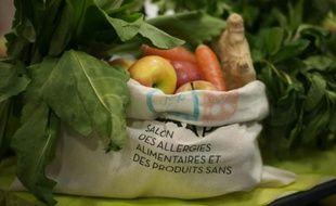 """Un sac de fruits présenté le 8 avril 2016 au """"Salon des allergies alimentaires et des produits sans"""" porte de Versailles à Paris"""