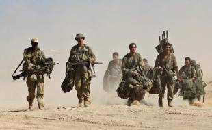 Des soldats israéliens se redéploient près de la frontière avec la bande de Gaza le 4 août 2014
