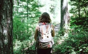 Marcher dans les bois pour laisser les contraintes derrière soi