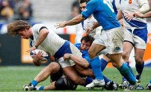 France's Dimitri Szarzewski (L) is tackled by Italy's Martin Castrogiovanni during their Six Nations rugby match at the Stade de France stadium in Saint Denis, near Paris March 9, 2008. REUTERS/Charles Platiau  (FRANCE)