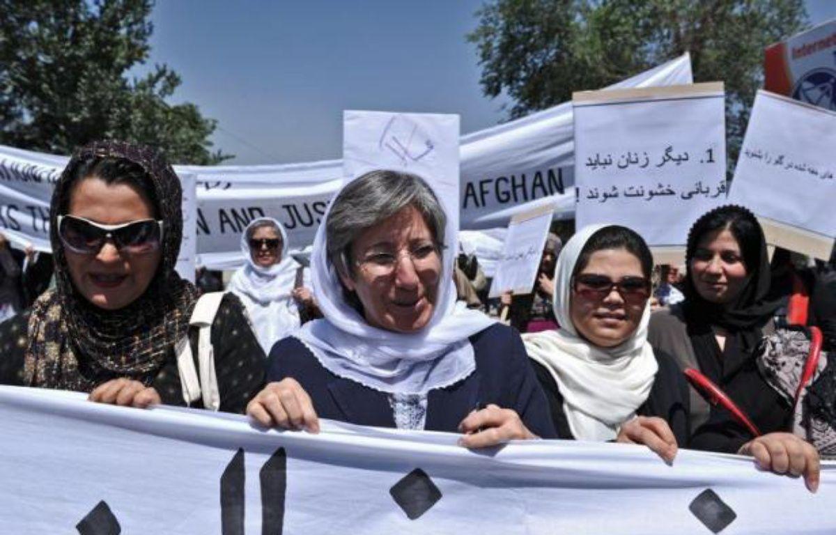 Une centaine d'Afghans, pour la plupart des femmes impliquées dans le combat pour leurs droits, ont manifesté mercredi à Kaboul afin de protester contre la récente exécution filmée de l'une d'entre elles, accusée d'adultère. – Massoud Hossaini afp.com