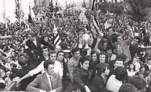 Les joueurs rennais défilent sur l'avenue Janvier avec la Coupe de France 1971, acclamés par une foule en liesse.