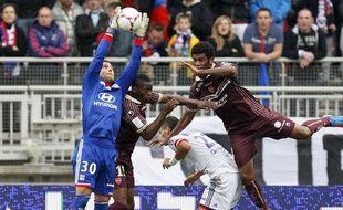 Rémi Vercoutre assure sa prise de balle face à Valenciennes, le 1er septembre 2012 à Lyon.