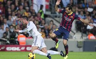 Cristiano Ronaldo (Real Madrid), bousculé par Javier Mascherano (FCBarcelone), le 26 octobre 2013 au Camp Nou.