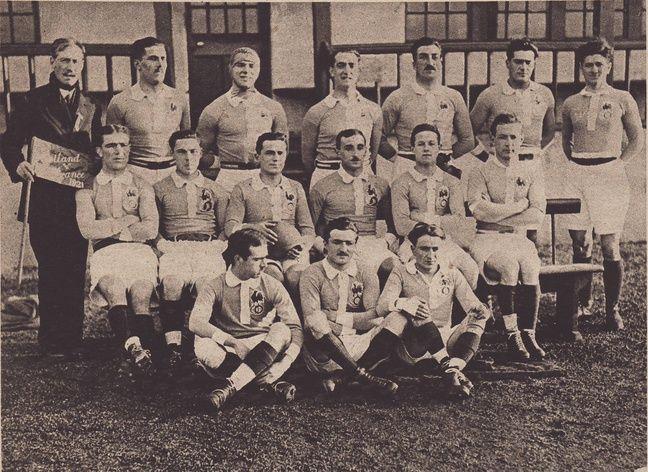 Le XV de France victorieux de l'Ecosse à Edimbourg, le 22 janvier 1921 (0-3). Lebrère est le troisième joueur debout, en partant de la droite.