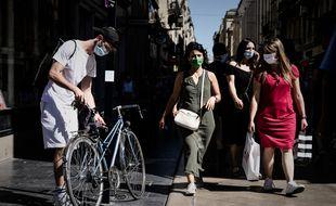 Des piétons et un cycliste dans les rues de Bordeaux.