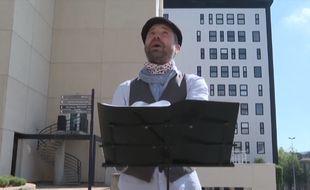 Les crieurs de rue, ici Sébastien Genebès de la compagnie Bougrelas, ont investi les rues de Bordeaux pendant le confinement.