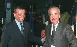 Antibes, le 24 février 1998. François Léotard (à gauche) accompagne Edouard Balladur à la tribune lors d'un meeting politique.