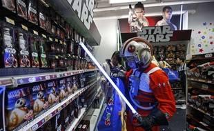 Certains fans, comme ici à Hong-Kong, sont venus déguisés pour découvrir les nouveaux produits dérivés dans les enseignes ouvertes spécialement ce vendredi 4 septembre à minuit.