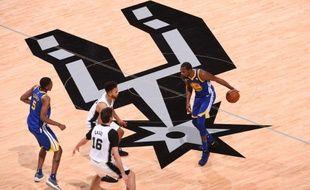 Durant s'apprête à attaquer la défense des Spurs.
