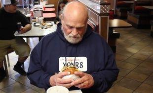 Michael Hanline face à son premier burger depuis 36 ans.