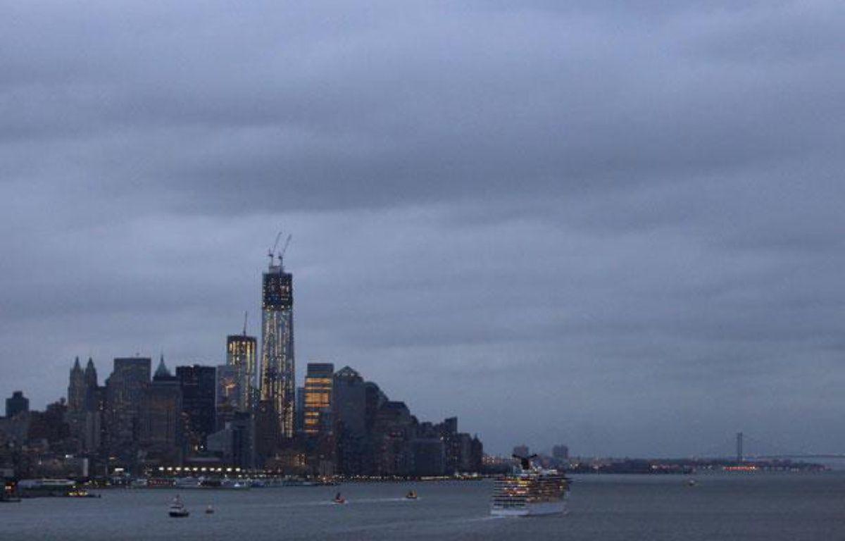 La skyline de Lower Manhattan, à New York, sous un ciel gris, avant l'arrivée de l'ouragan Sandy, le 28 octobre 2012. – REUTERS/Gary Hershorn