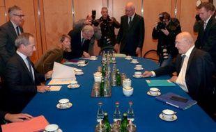 Le ministre des Finances Michel Sapin (d) lors d'une rencontre avec des dirigeants d'établissements bancaires, le 18 janvier 2016 à Paris