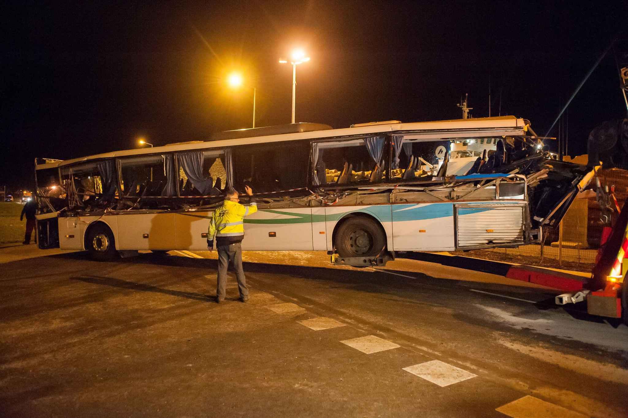 accident de car scolaire rochefort la garde vue du chauffeur de bus lev e. Black Bedroom Furniture Sets. Home Design Ideas