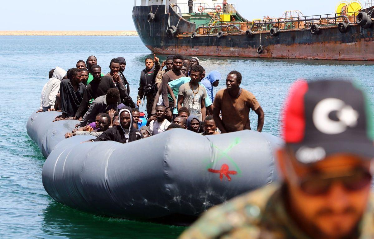 Des migrants secourus près des côtes libyennes en mer Méditerranéenne arrivent à la base de Tripoli, en Libye, le 5 mai 2017.   – MAHMUD TURKIA / AFP