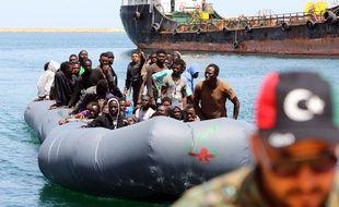 Des migrants secourus près des côtes libyennes en mer Méditerranéenne arrivent à la base de Tripoli, en Libye, le 5 mai 2017.