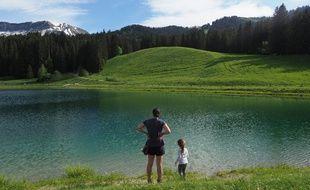 Les Français plébiscitent les montagnes avec des lacs pour cet été, ici le Lac de Javen en Haute-Savoie