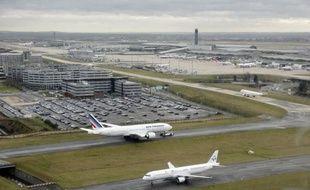 """Les compagnies aériennes devraient dégager un bénéfice en hausse de 12,7 milliards de dollars (9,8 mds EUR) cette année, en dépit d'un environnement qui """"reste dur"""", a indiqué le directeur général de l'association mondiale des transporteurs aériens (IATA), Tony Tyler citant le prix élevé du carburant."""