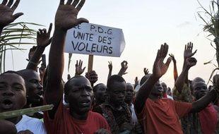 Des partisans d'un des candidats à l'élection présidentielle au Gabon, Pierre Mamboundou, manifestent à Libreville le 2 septembre 2009, dans l'attente des résultats.