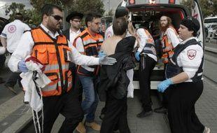 Des secouristes s'occupe d'un Israélien blessé au couteau par un Palestinien, le 30 octobre 2015 à Jérusalem