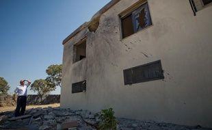 Toni Antonios, maire du village chrétien de Minjez bombardé par la Syrie dans la région du Akkar auLiban, montre les dégats, le 15 septembre 2012.