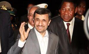 """En tournée en Afrique de l'Ouest, le président iranien Mahmoud Ahmadinejad a nié lundi l'intention de Téhéran de se doter de la bombe atomique, tout en dénonçant l'attitude """"colonialiste"""" des pays riches qui exploitent les plus pauvres."""