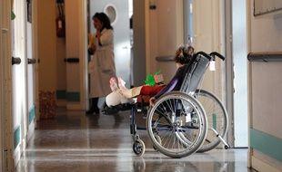 Un enfant, dans le couloir d'un hôpital (illustration).