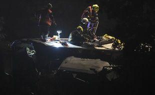 Les secours belges s'activent sur le toit d'un train de passagers accidenté, à Saint-Georges-sur-Meuse, le 5 juin 2016.