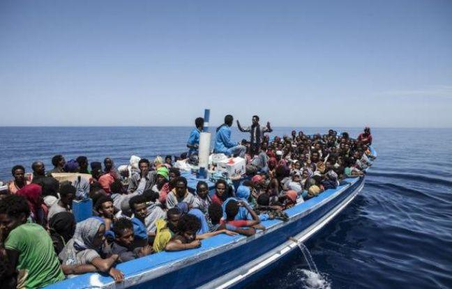 Photo fournie par l'ONG MOAS (Migrant Offshore Aid Station) montrant des migrants à bord d'un bateau en Méditerranée