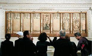 Les quatre bas-reliefs manquants ont été remplacés par des plaques d'albâtre gravées.