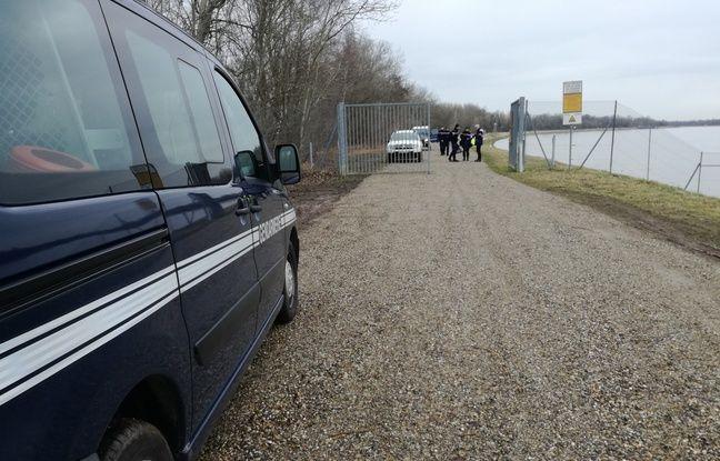 Les gendarmes sont parfois présents à des entrées (fermées) du polder d'Erstein pour s'assurer que personne n'y pénètre en cette période de crue du Rhin.
