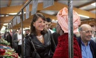 Sylvie Noachovitch, candidate UMP dans la circonscription de Dominique Strauss-Kahn, a été agressée vendredi matin sur un marché de Sarcelles (Val d'Oise) par un homme qui l'a prise par le cou et l'a frappée à l'oreille.