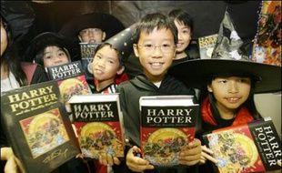 Après des années d'attente fébrile, les millions de fans de Harry Potter ont enfin pu commencer samedi à dévorer la version anglaise du 7e tome de la saga, qui met un point final à cette série culte et scelle le sort de son apprenti-sorcier.