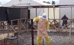 Capture d'écran d'une vidéo de l'ONG International Medical Corps, montrant un travailleur médical danser pour célébrer la sortie du centre de traitement de Makeni de la dernière patiente atteinte d'Ebola connue dans le pays, le 24 août 2015.