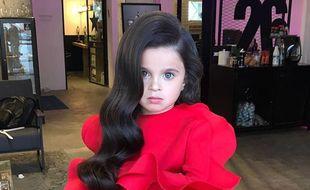 Les styles capillaires de la petite fille sont originaux et impressionnants.