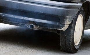Le pot d'échappement d'une voiture (illustration)