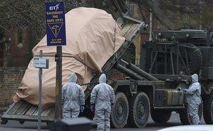Des policiers inspectent les lieux de Salisbury (Angleterre) où un ancien espion russe a été empoisonné le 4 mars.