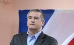 Le Premier ministre pro-russe de Crimée Serguiï Axionov sort de l'isoloir le 16 mars 2014 dans un bureau de vote à Simféropol
