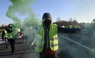 Les «gilets jaunes» bloquaient l'autoroute A16 le 22 novembre au soir à Calais. (Illustration)