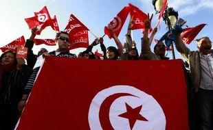 Plusieurs milliers de personnes manifestaient mercredi à l'occasion d'une grève générale à Gafsa, dans le centre de la Tunisie, et de brefs heurts ont opposé quelques dizaines d'entre eux à la police