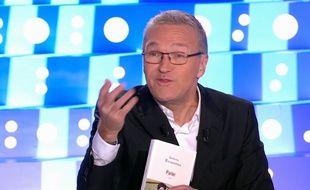 Laurent Ruquier, le livre «Parler» de Sandrine Rousseau entre les mains, dans «On n'est pas couché» diffusé le 30 septembre 2017.