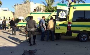 Des secouristes et des forces de sécurité se tiennent près d'ambulances ambulances devant le lieu d'une attaque  à El-Arish, dans le Sinai, le 24 novembre 2015.