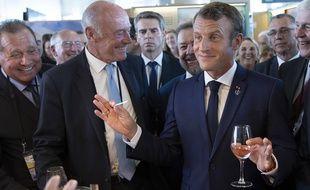 A Anglet en août 2019 pendant le G7, le président de la République, Emmanuel Macron, tient un verre de vin aux côtés d'Alain Rousset.