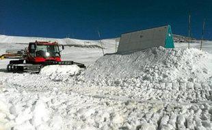 Aux 2-Alpes, les engins étaient à l'œuvre pour préparer le module de snow.