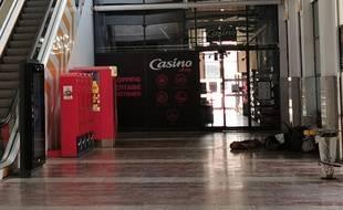 Dans la gare Saint-Roch de Montpellier absolument déserte, un SDF a trouvé refuge avec son chien.