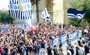 Des supporteurs des Girondins de Bordeaux manifestent devant la mairie de la ville, le 27 juin 2020.